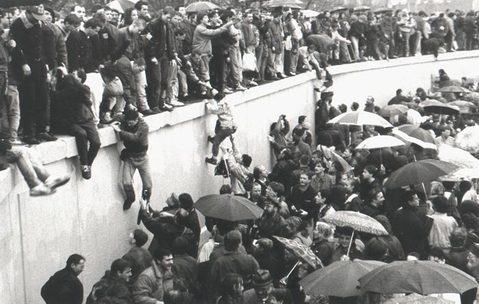 Dicembre-1989-apertura-Muro-Porta-Brandeburgo-Schaefer